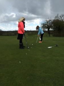 Sara og Frederikke træner putting